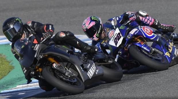 Lewis Hamilton (izquierda), sobre la Yamaha de Superbikes