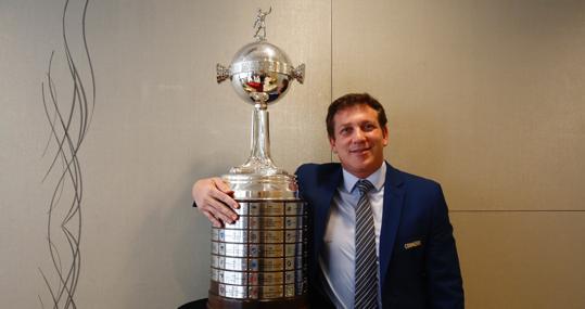 Domínguez posa para ABC con el trofeo de campeón de la Libertadores