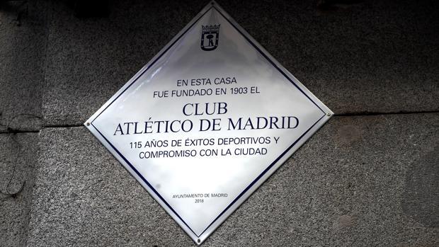 Placa del Atlético de Madrid en la calle de la Cruz
