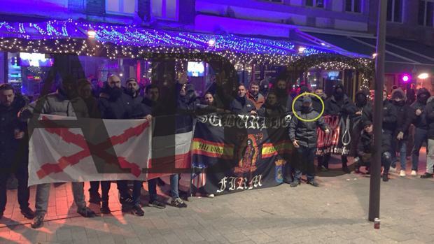 Ricardo Guerra, señalado con un círculo, junto a los ultras detenidos en Bélgica