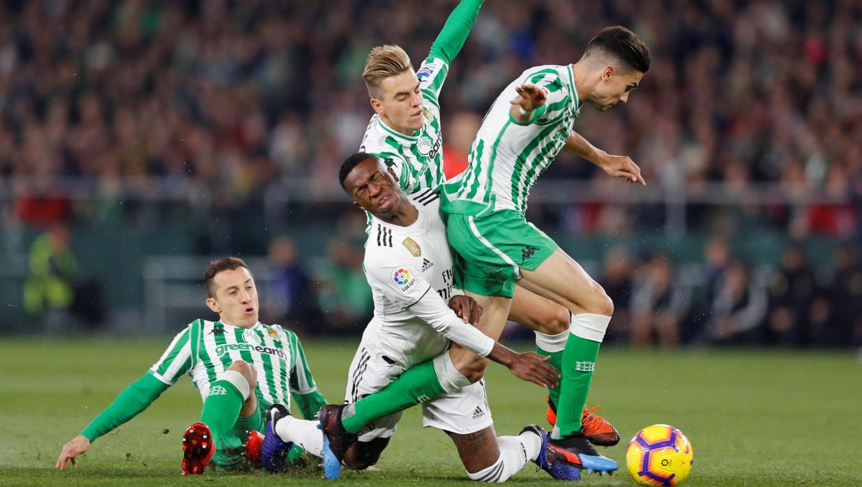 Ceballos salva a un Madrid en cuadro