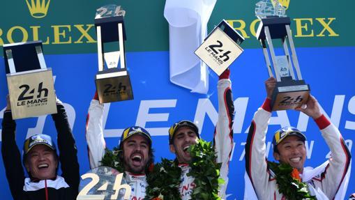Fernando Alonso con su equipo celebra el triunfo en las 24 horas de Le Mans