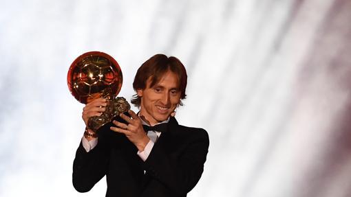 Luka Modric levanta el Balón de Oro en París