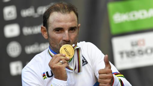 Valverde besa la medalla de oro de campeón del mundo en ruta