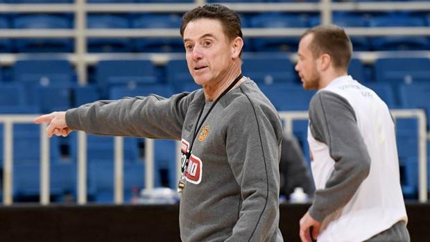 Rick Pitino, durante su primer entrenamiento en Grecia