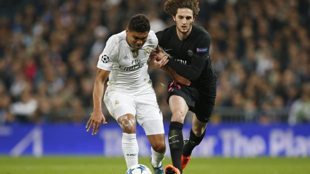Rabiot y Casemiro durante un partido entre el PSG y el Real Madrid