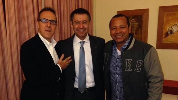 El padre de Neymar junto al presidente Bartomeu y al agente Wagner Ribeiro