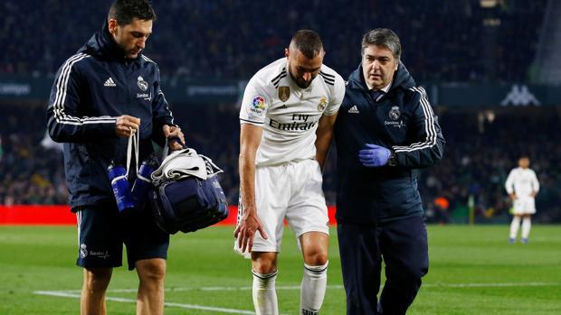 Benzema se retiró lesionado del césped del Villamarín