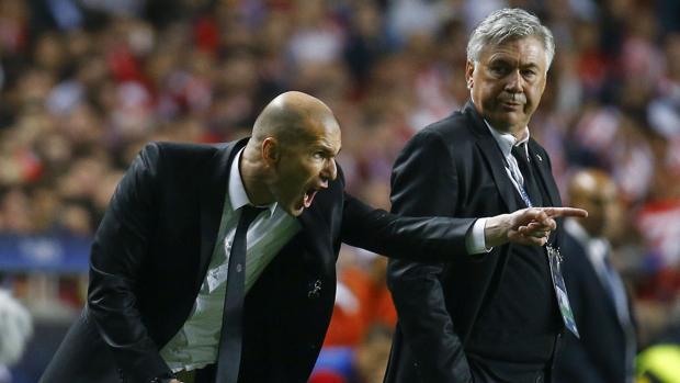 Zinedine Zidane y Carlo Ancelotti, durante la final de UCL en Lisboa