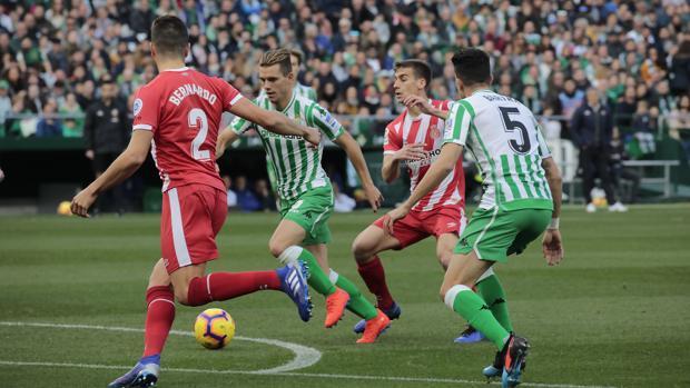El Real Betis gana un duelo intenso con gol de penalti «in extremis»