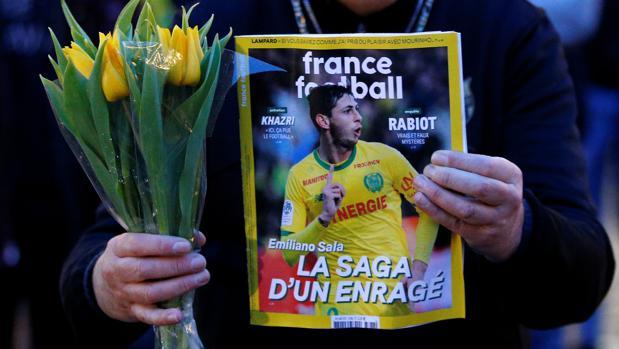 Un aficionado del Nantes, con una revista con la imagen de Emiliano Sala