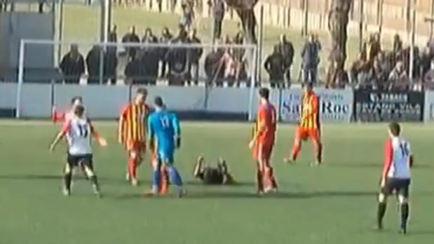 El árbitro, en la hierba, después de ser agredido por el portero del Manlleu