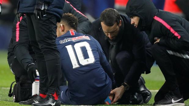 Neymar, atendido por los médicos