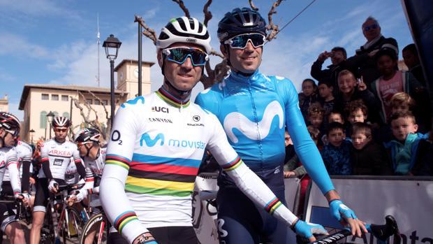 Mikel Landa, con Valverde en la salida de la prueba