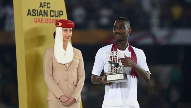 Almoez Ali recibe el trofeo de máximo goleador de la Copa Asia