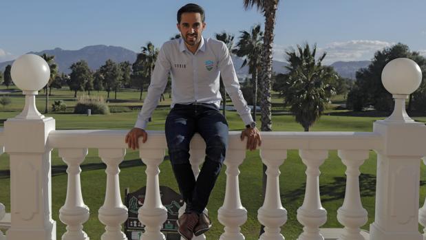 Contador posa en el hotel Oliva Nova, donde se concentra su equipo