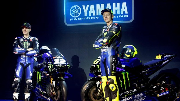 Maverik Viñales (izq.) y Valentino Rossi (der.), durante la presentación del equipo Monster Yamaha
