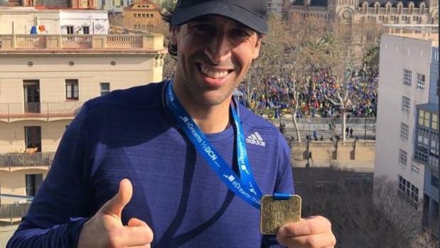 Raúl González, con la medalla de la media maratón de Barcelona