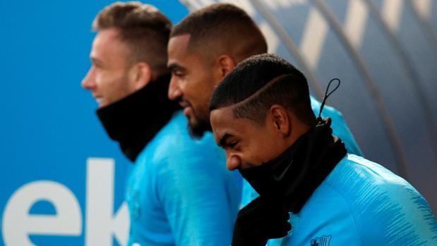 Boateng, entre Arthur y Malcom, durante un entrenamiento del Barcelona