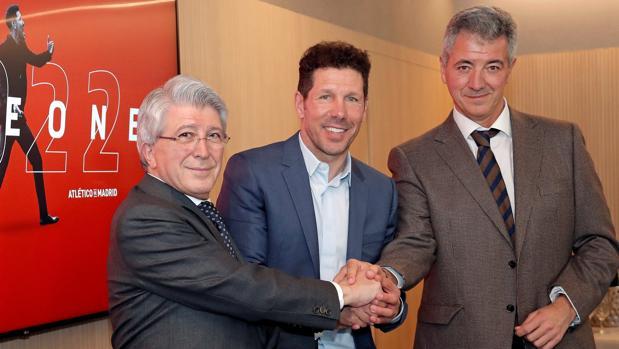 Cerezo, Simeone y Gil Marín, ayer, en la firma del contrato