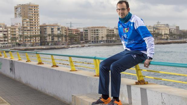 Juan Luis Moraes en el puerto de Torrevieja, donde suele entrenarse