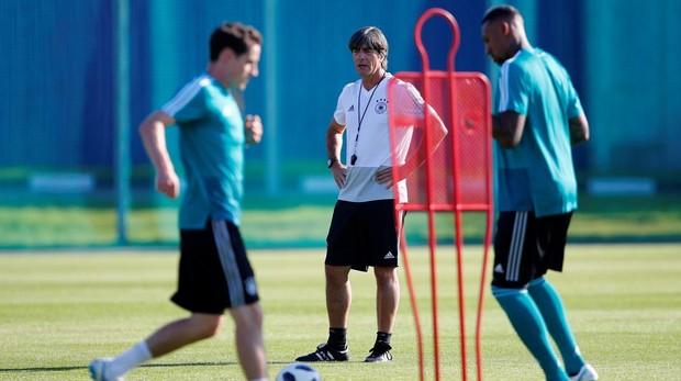 Joachim Low dirige un entrenamiento de Alemania en el que todavía estaba presente Jerome Boateng, uno de sus descartes