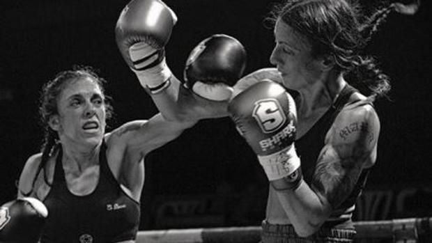 La gaditana Katy Díaz (izq.) lanza un directo a una rival
