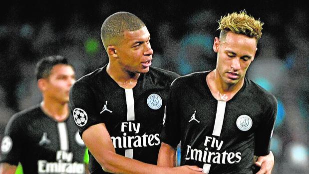 Mbappé y Neymar, durante el partido de la fase de grupos de la Champions en Nápoles