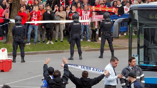 Aficionados de Oviedo y Sporting antes del partido en El Molinón