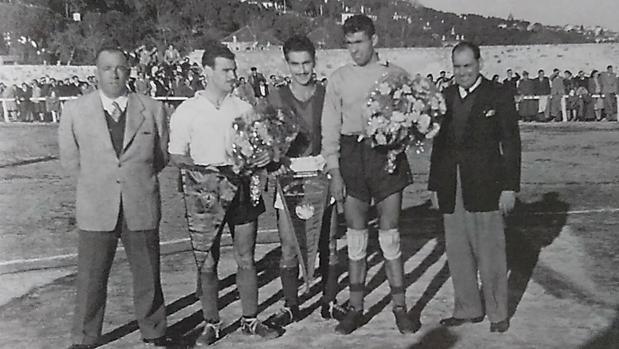 De izquierda a derecha, Balaguer, presidente del club serrano en 1950; Tito, capitán de los españoles; Berterame, capitán del San Lorenzo de Almagro; Blazina, portero argentino; y Emilio Bernat, presidente de los bonaerenses