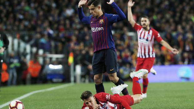 Coutinho durante una jugada del partido entre el Barcelona y el Atlético de Madrid