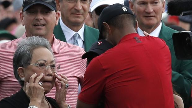 Tiger Woods se abraza a sus hijos ante la emoción de su madre, Kutilda