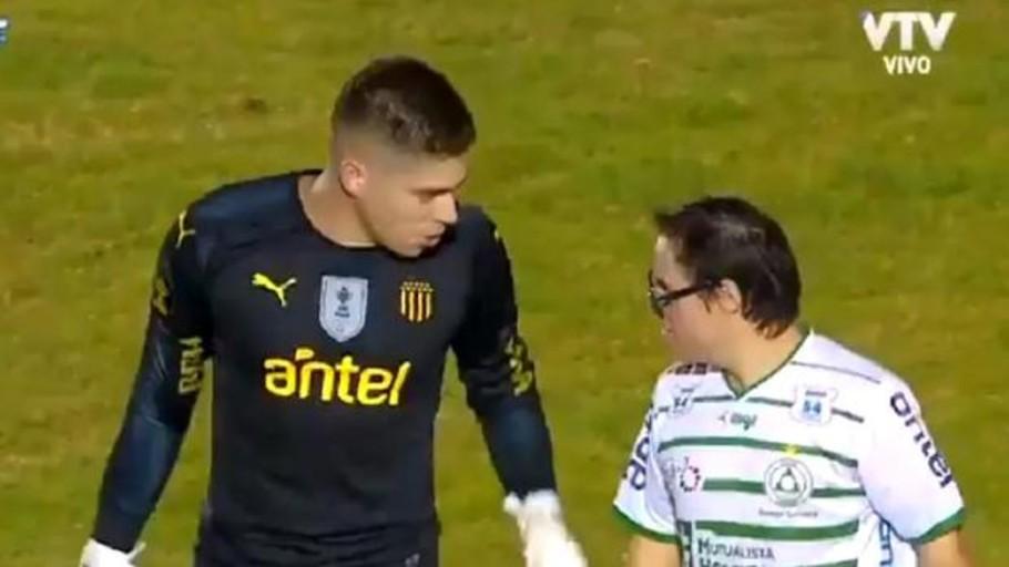 El precioso gesto del portero de Peñarol con un aficionado con síndrome de Down
