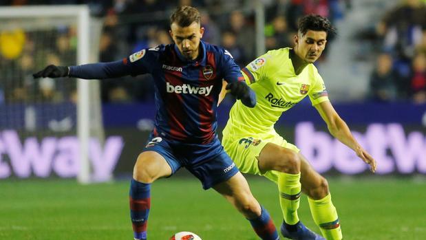 «Chumi» defiende a Mayoral durante el partido de ida de los octavos de final de Copa del Rey ante el Levante