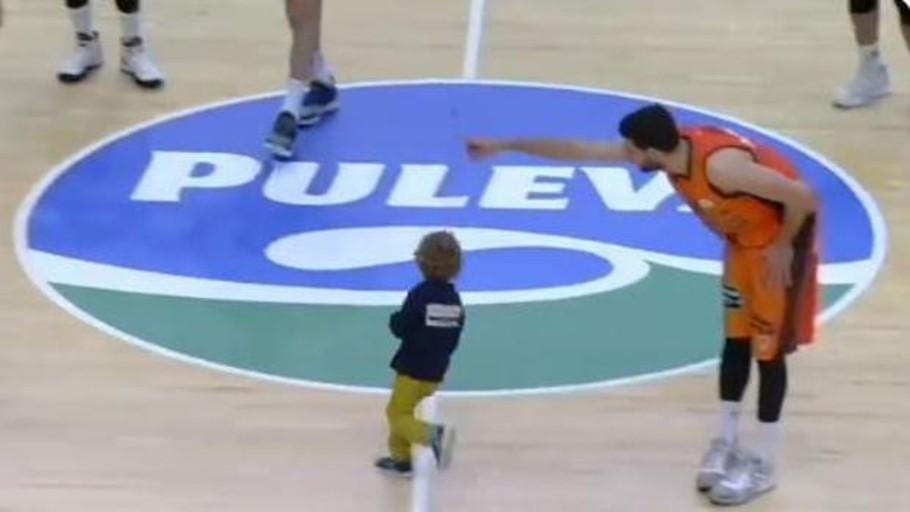 Un espontáneo de 4 años se cuela en el Valencia Basket-Iberostar Tenerife