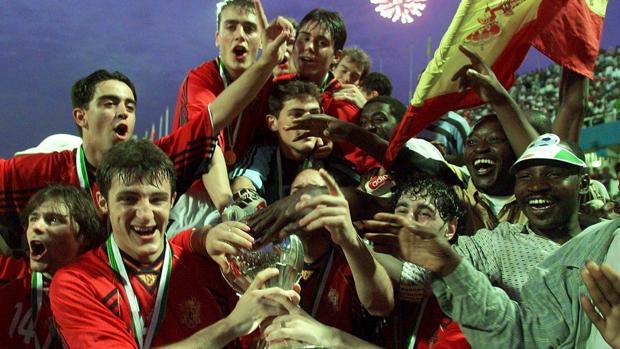 La selección española sub 20 celebra la conquista del Mundial en Nigeria 1999