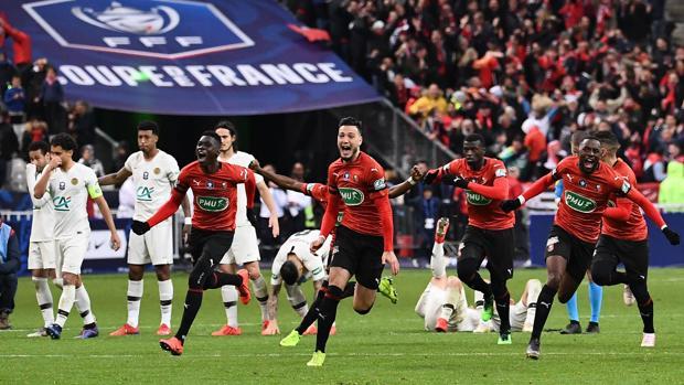 Los futbolistas del Rennes celebran la victoria en la tanda de penaltis