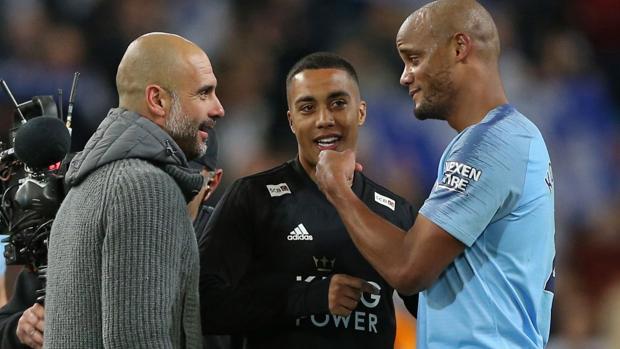 Kompany comenta la jugada con Guardiola, su técnico