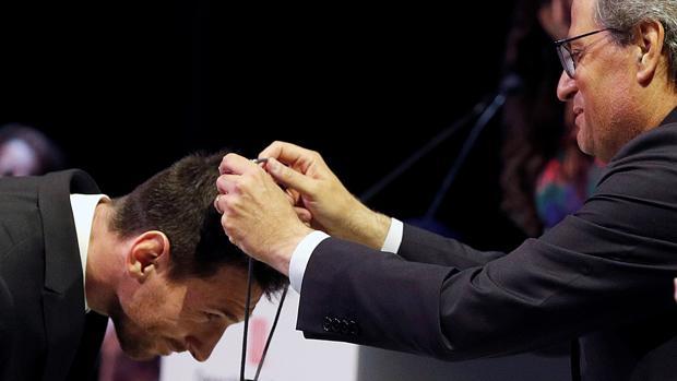 Quim Torra impone a Messi la Cruz de Sant Jordi