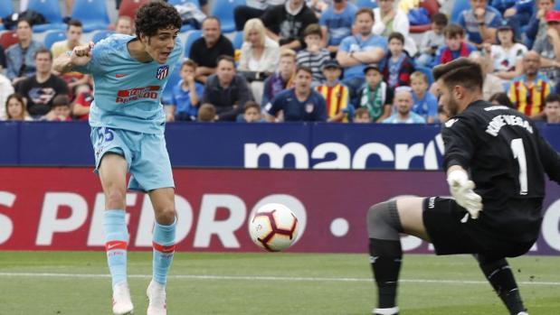 Camello remata ante Koke en el Levante-Atlético de este sábado