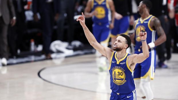 Curry guió a los Warriors