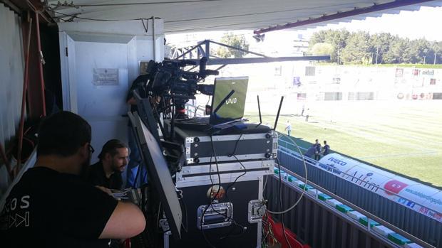 Un equipo de Footters prepara todo la infraestructura para la emisión de un partido