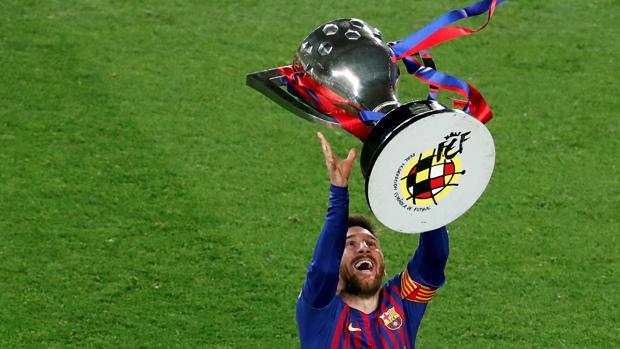 Messi levantando el título de la Liga Santander