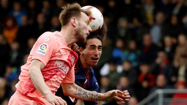 Rakitic intenta rematar durante el partido entre el Barcelona y el Eibar