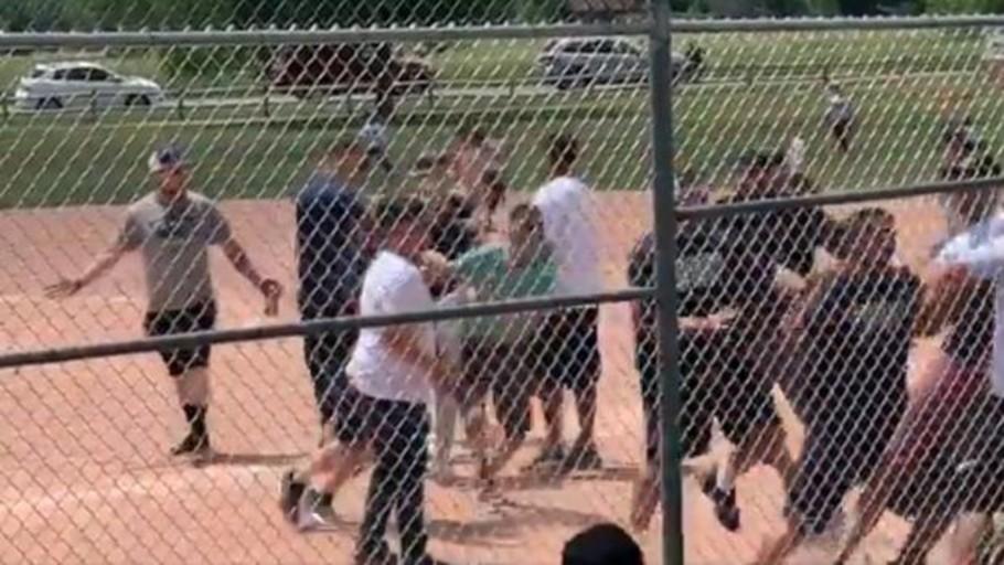 Varios padres se pelean durante un partido de béisbol de niños de siete años