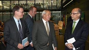 El actual responsable económico del PSOE, Jordi Sevilla, junto al exministro de Economía, Carlos Solchaga, y el ministro de Hacienda, Cristóbal Montoro