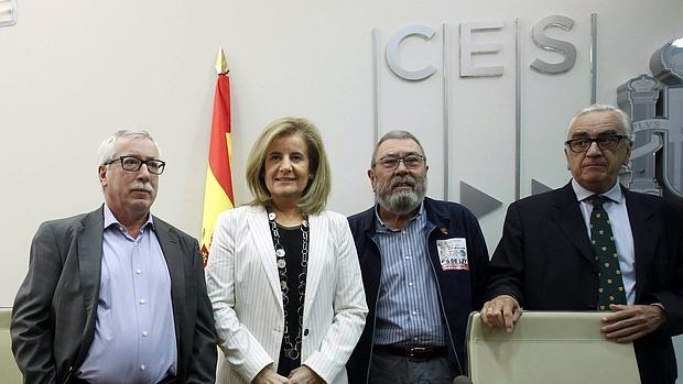 La ministra de Empleo, Fátima Báñez, junto a los secretarios generales de UGT, Cándido Méndez (2d), y de CCOO, Ignacio Fernández Toxo (i), y el presidente del Consejo Económico y Social, Marcos Peña