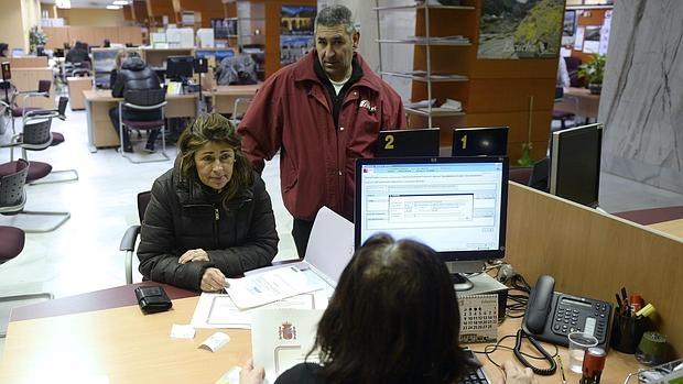El paro sube en personas en octubre y alcanza los 4 for Oficina de empleo sevilla