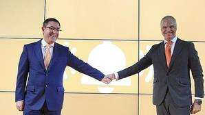 El presidente de Euskaltel, Alberto García, junto al director general de esta compañia, Fernando Ojeda
