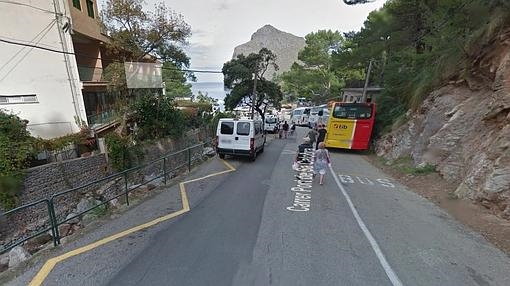 Vehículos aparcados en zona prohibida en la playa de Sa Calobra (Escorca, Mallorca)